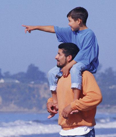 hisp-dad-son-on-shoulders-beach