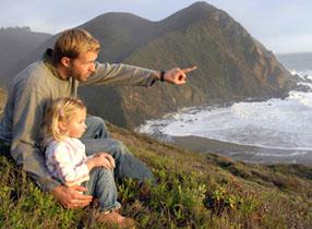dad-preschool-daughter-looking-over-ocean