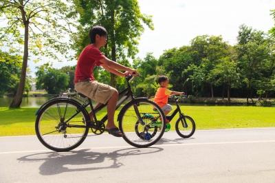 asian-dad-preschool-son-riding-bikes