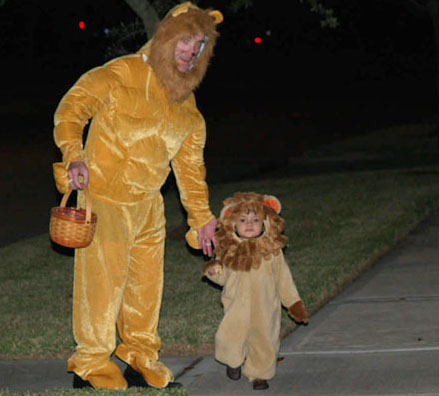 halloween-dad-preschool-daughter-lions