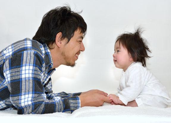 パパと遊ぶ赤ちゃん A